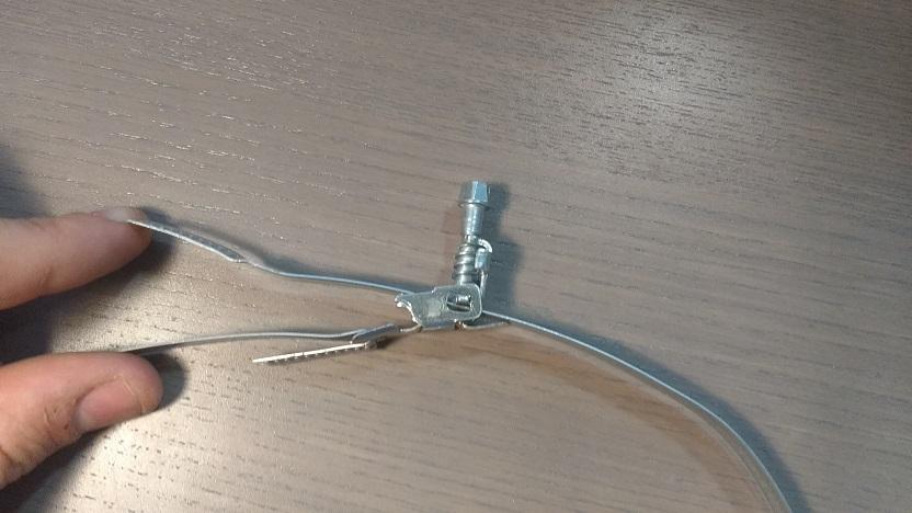 montaż górnej cześci opaski samozaciskowej